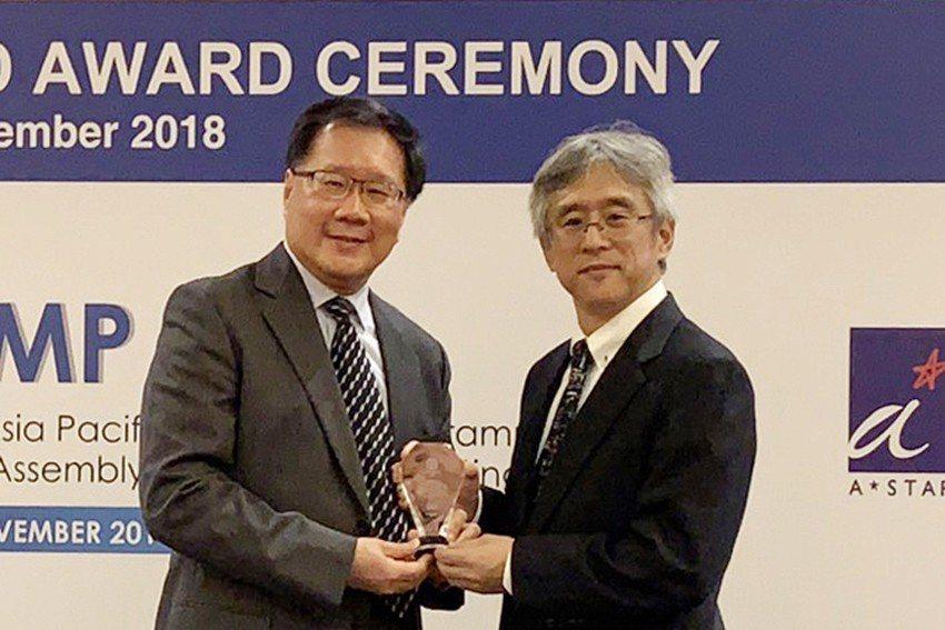 「亞太計量組織」大會主席Toshiyuki Takatsuji(右)頒發「亞太計...