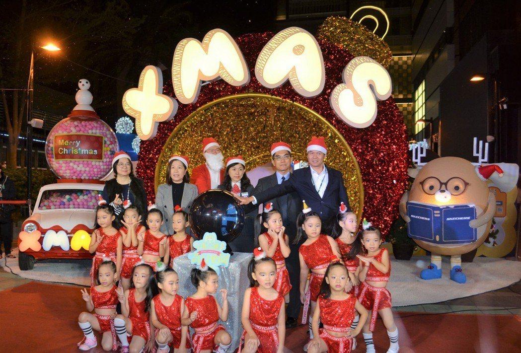 新光三越台南新天地的耶誕奇幻樂園,11月28日晚上亮燈囉。  陳慧明 攝影