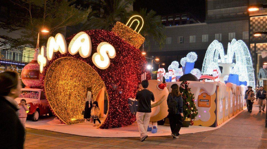 台南新天地迎接聖誕節,打造夢幻十足的「耶誕奇幻樂園」。  陳慧明 攝影