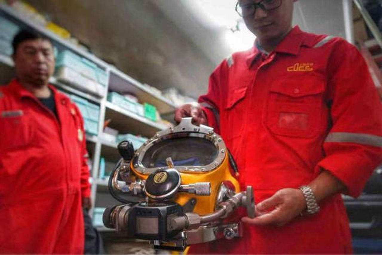 上海打撈局的潛水員。