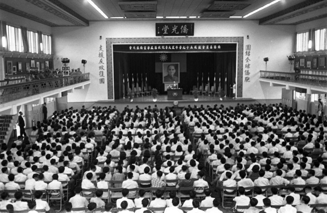 鹿鳴堂原為僑光堂,是僑務委員會所建的大型僑生活動中心,為每年雙十國慶接待歸國僑胞...