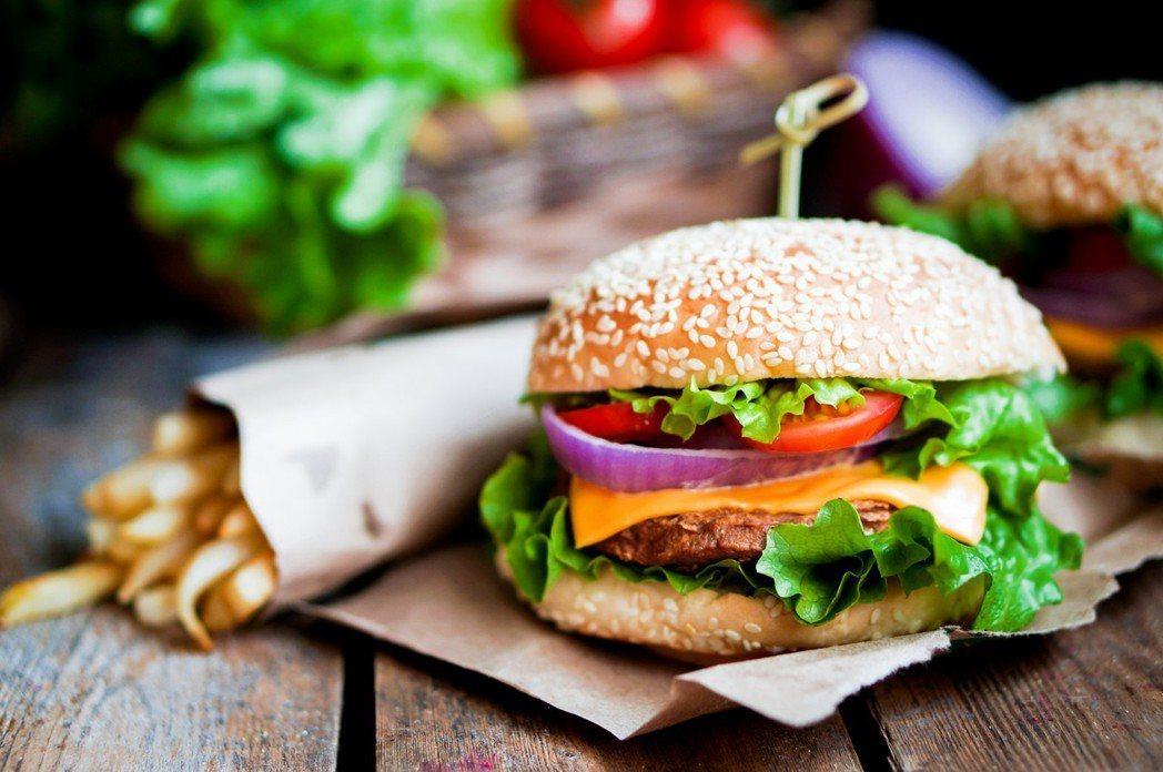 飲食不良是影響全球民眾健康的主因之一。 圖/Ingimage