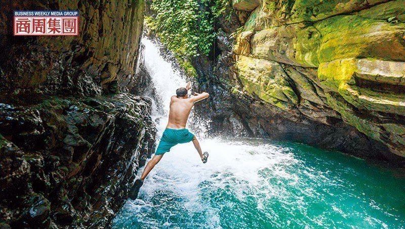 前往宜蘭月眉坑瀑布的路上,一條小徑通向鮮為人知的深潭瀑布。在森林湖泊玩樂長大的李...