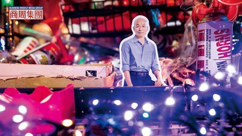 開票之夜,韓國瑜競選總部外宛如嘉年華,唱歌打卡、跟小編拍照,街頭小販更搶賣「韓流...