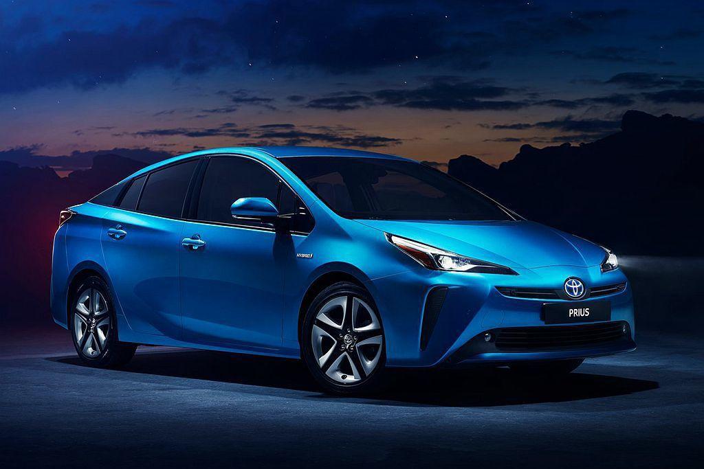Toyota Prius小改款頭燈面積雖然收斂些,不過前保桿兩側直立的造型依舊搶眼。 圖/Toyota提供