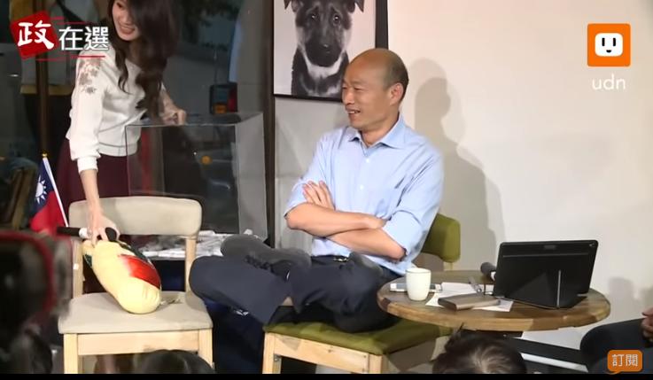 韓國瑜在座談會秀出雙盤腿的打坐姿勢。圖截自udn tv