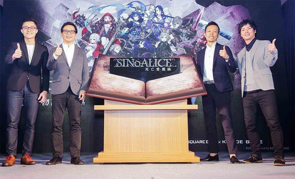 左起:小萌科技總監蔡涵宇、SQUARE ENIX 《死亡愛麗絲》遊戲製作人 藤本...