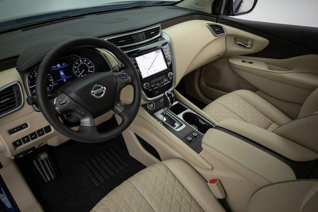 內裝可選菱格紋座椅、深色木紋飾版等配飾。 摘自Nissan