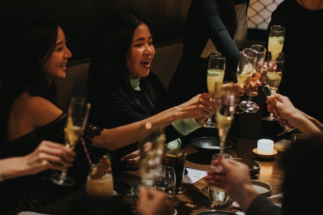 除了餐點外,主廚更特別以三款特製調酒穿插在晚宴中。 圖/和泰汽車提供