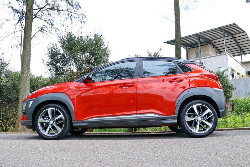Hyundai Kona具侵略特質的外擴式輪拱展現前所未有的年輕奔放。 記者陳威任/攝影