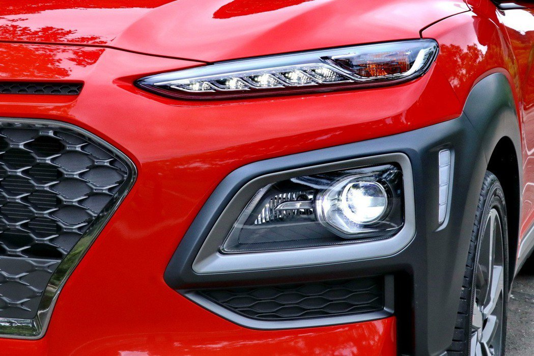 車頭上方細長的是日行燈及方向燈,頭燈則擺放在偏下方的位置,讓車頭的視覺印象相當強...