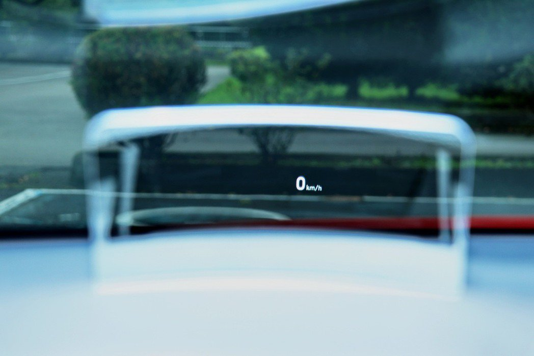 抬頭顯示器有助於駕駛人視線維持在前方區塊。 記者陳威任/攝影