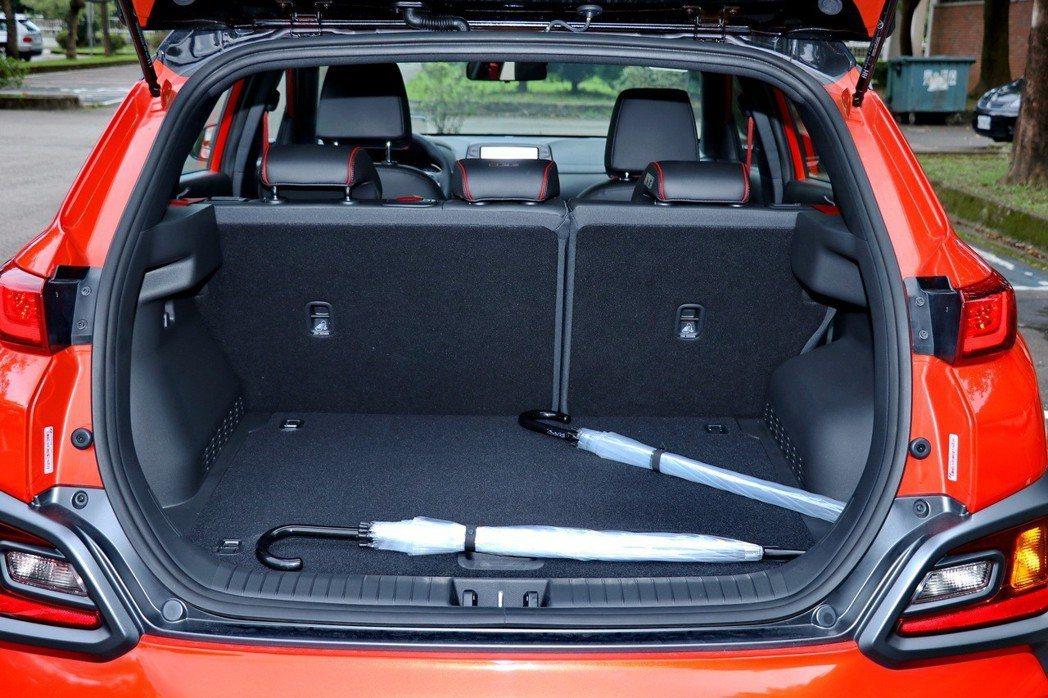 Hyundai Kona行李箱空間一般情況下有361公升的空間。 記者陳威任/攝...