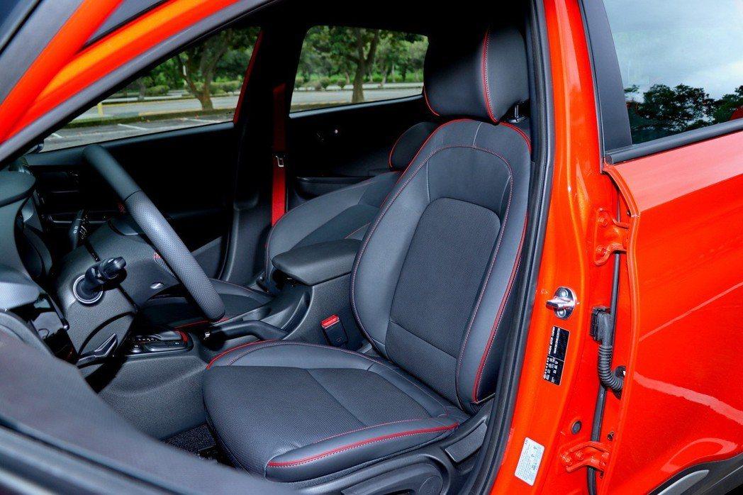 前座座椅運用紅色縫線元素。 記者陳威任/攝影