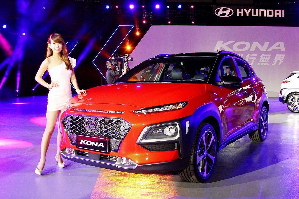 Hyundai Kona侵略特質的外擴式輪拱,契合類六邊型蜂巢水箱罩及分離式車頭...