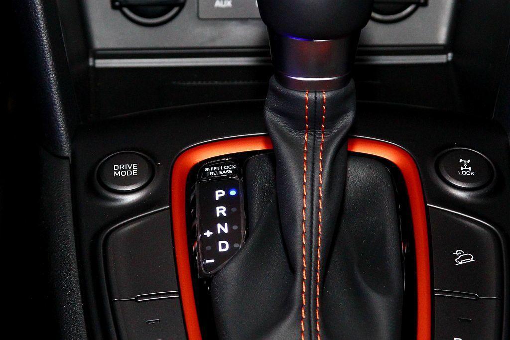 Hyundai Kona還具備Lock鎖定裝置輔助以及整合(Comfort/Sport/Eco)的Drive Mode整合駕馭模式。 記者張振群/攝影