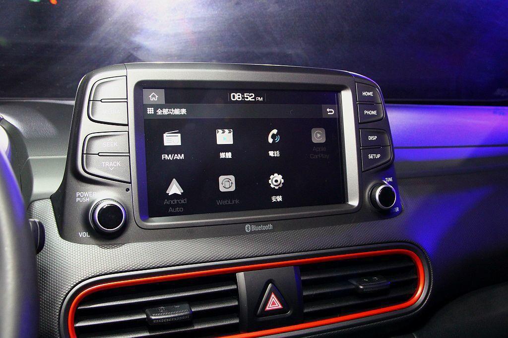 中央8吋懸浮式觸控螢幕不僅支援Apple Carply/Android Auto,下方還附有手機無線充電裝置。 記者張振群/攝影