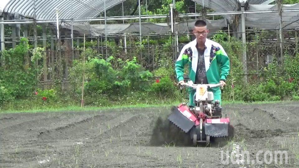 住彰化市的王佑任父母不務農,家裡也沒有農地,卻對農事很有興趣,操作中耕機的技術一...