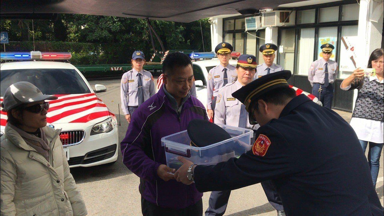 國道警準備一套制服,贈給冠鈞父母做為紀念。記者許政榆/攝影