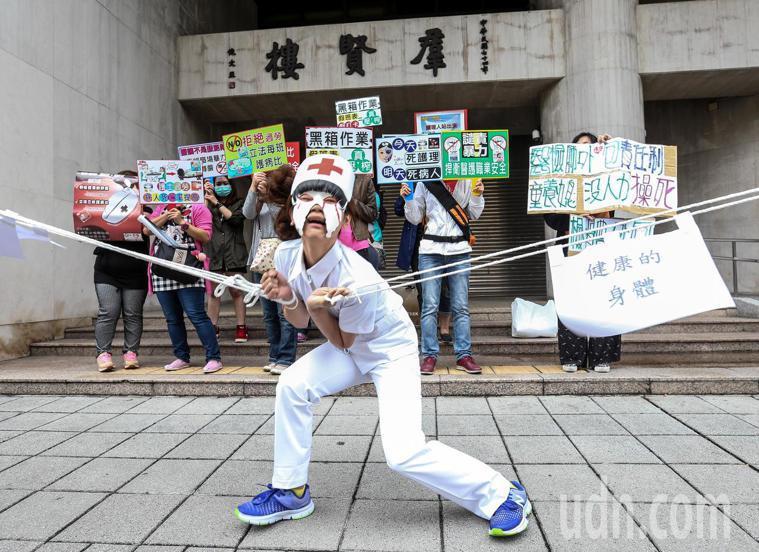 圖為台灣護理人員諮詢協助團2016年在立院前的抗議。聯合 報系資料照