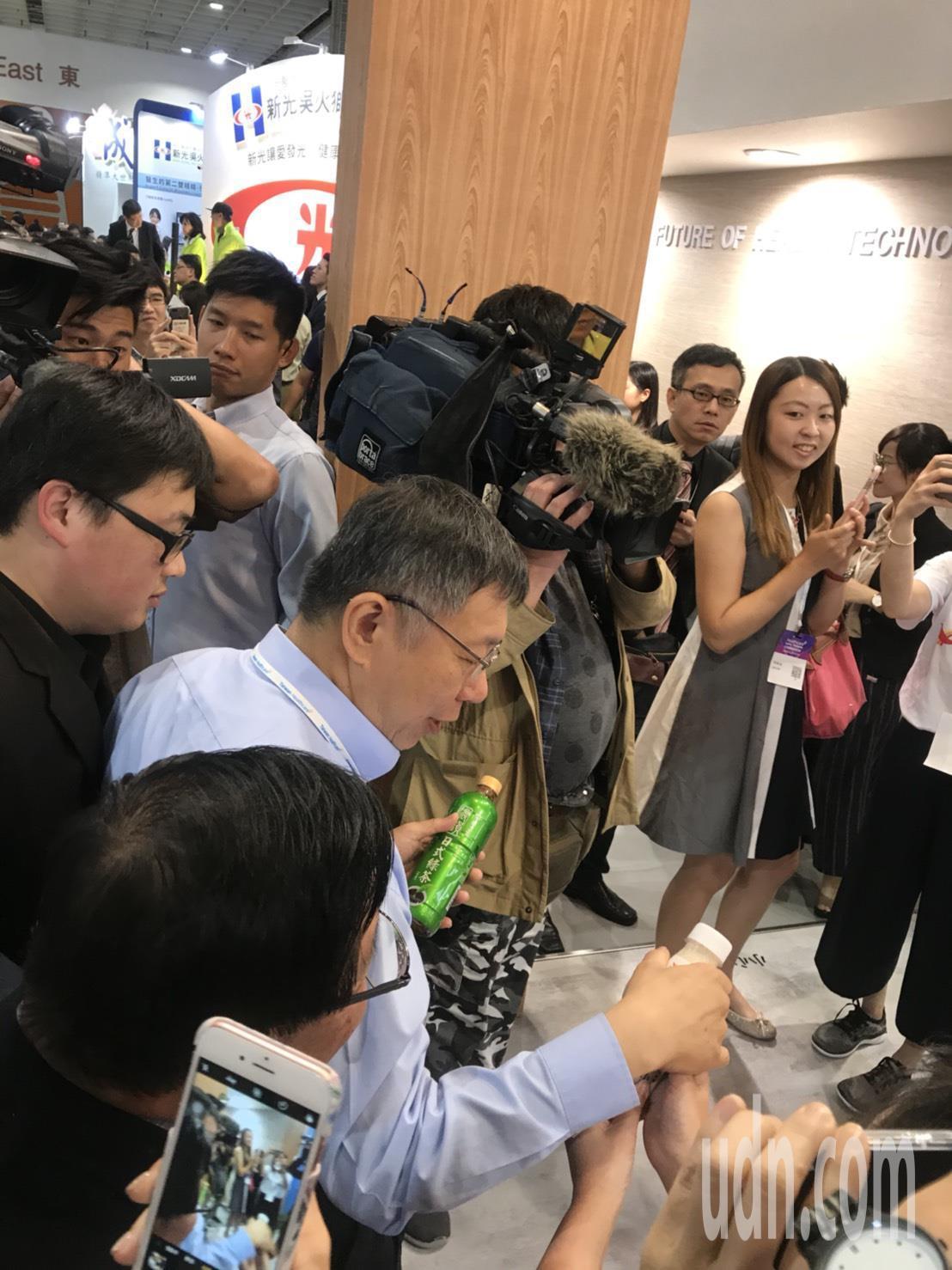 有別於蔡總統身邊都有幕僚圍著,柯文哲所到之處人氣滿滿,不少民眾跟廠商搶著和柯合照...