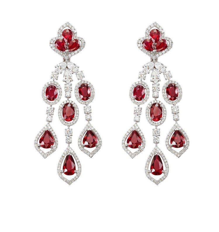 頂級珠寶系列套組的耳環,18K白金耳環鑲嵌總重26.54克拉紅寶石、8.4克拉鑽...