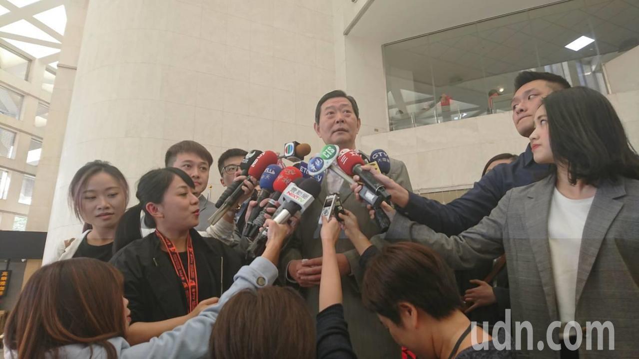 高齡95歲的前總統李登輝驚傳跌倒送醫,其辦公室主任王燕軍下午1點半在台北榮總召開...