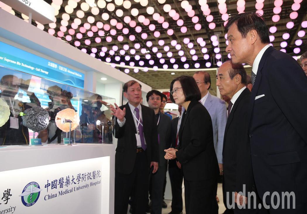 2018台灣醫療科技展上午舉行,蔡英文總統(右三)、台北市長柯文哲、主辦單位立委...