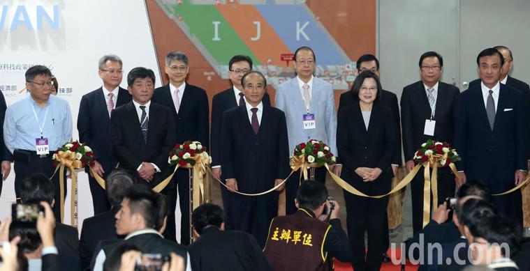 2018台灣醫療科技展上午舉行,蔡英文總統(中)、台北市長柯文哲(左一)、主辦單...