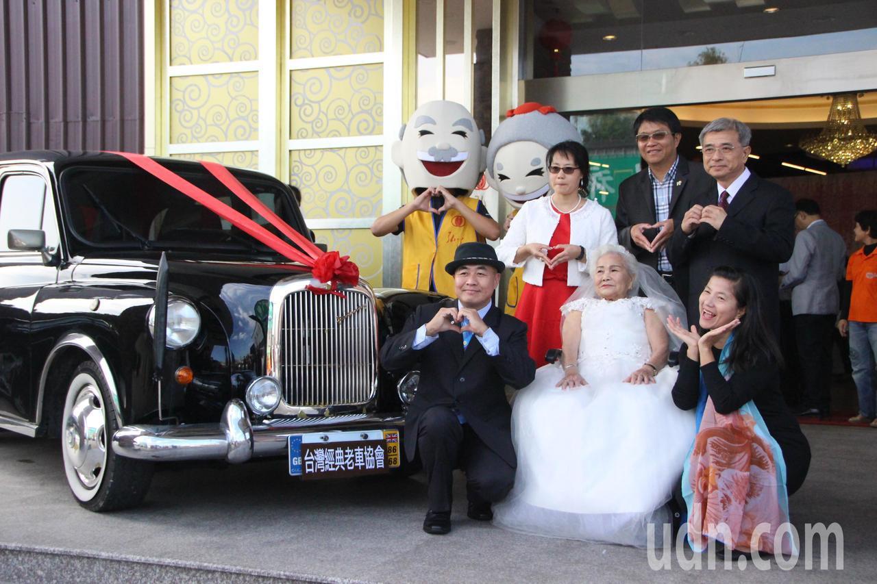 86歲金花阿嬤穿上白紗大上古董禮車。記者林敬家/攝影