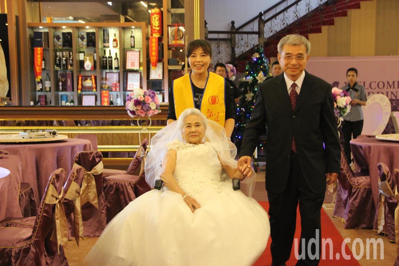 86歲金花阿嬤今天在弘道彰化助老委員副主委莊進慶陪伴下走紅毯。記者林敬家/攝影