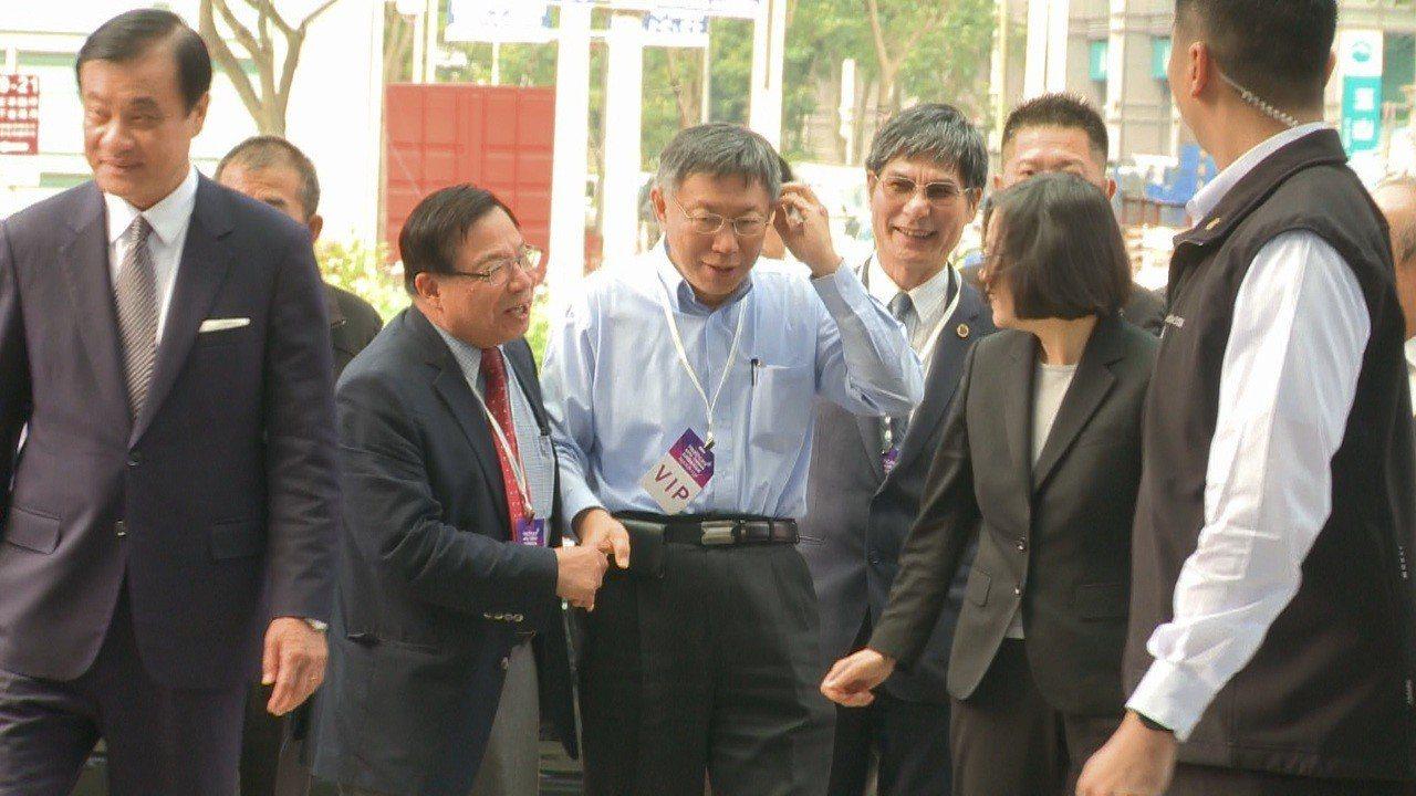 2018台灣醫療科技展上午舉行,蔡英文總統與台北市長柯文哲中互動冷淡。攝影/記者...