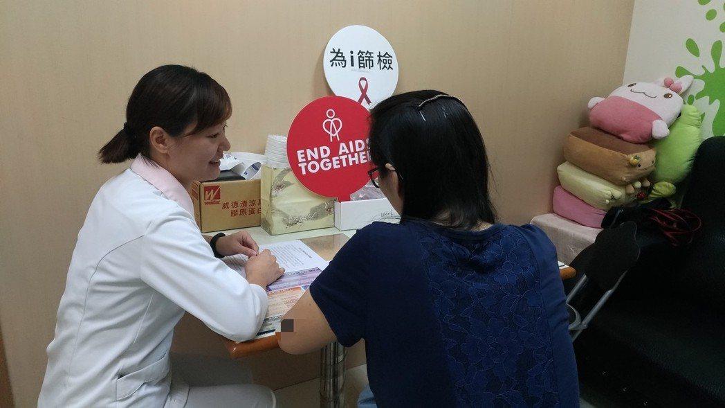桃園市一名A小姐為愛滋病感染者,因憂心愛滋影響生育而求診衛生福利部桃園醫院,圖為...