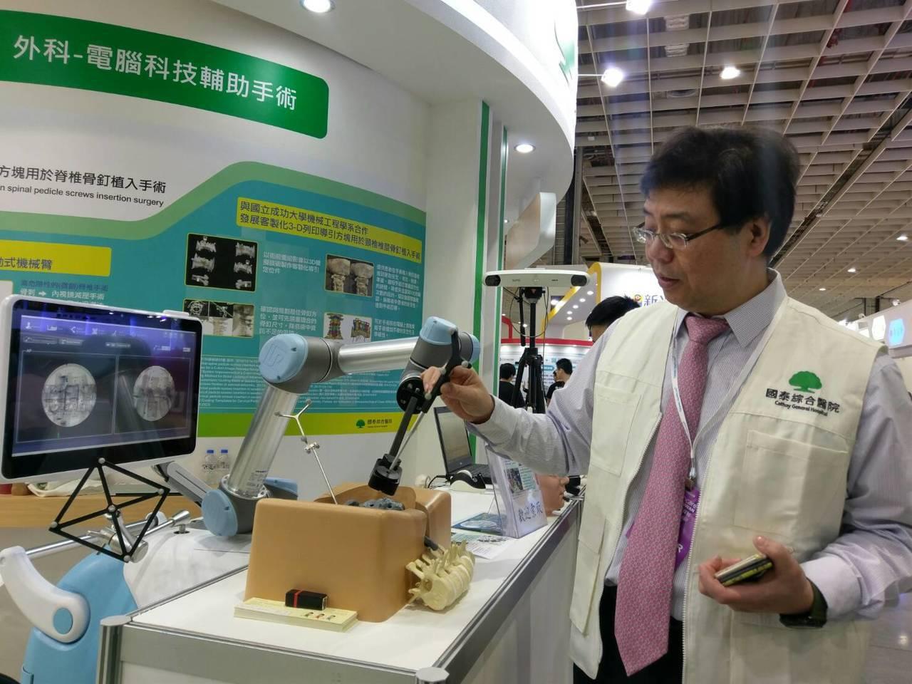 由國泰醫院神經外科主治醫師張志儒(圖)介紹協助頸椎椎莖骨釘植入手術的新技術「C型...
