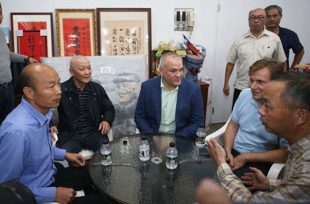 韓國瑜(左一)今下午到高市國民黨黨部,召開記者會前,JSC俄羅斯皇家航空公司大中...