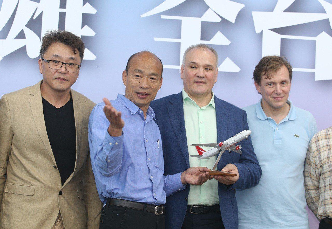 韓國瑜(左二)今下午到高市國民黨黨部,召開記者會前,JSC俄羅斯皇家航空公司大中...
