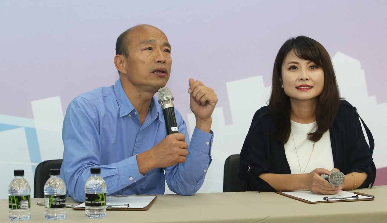 高市長當選人韓國瑜(左),右為高市議員陳美雅。記者劉學聖/攝影