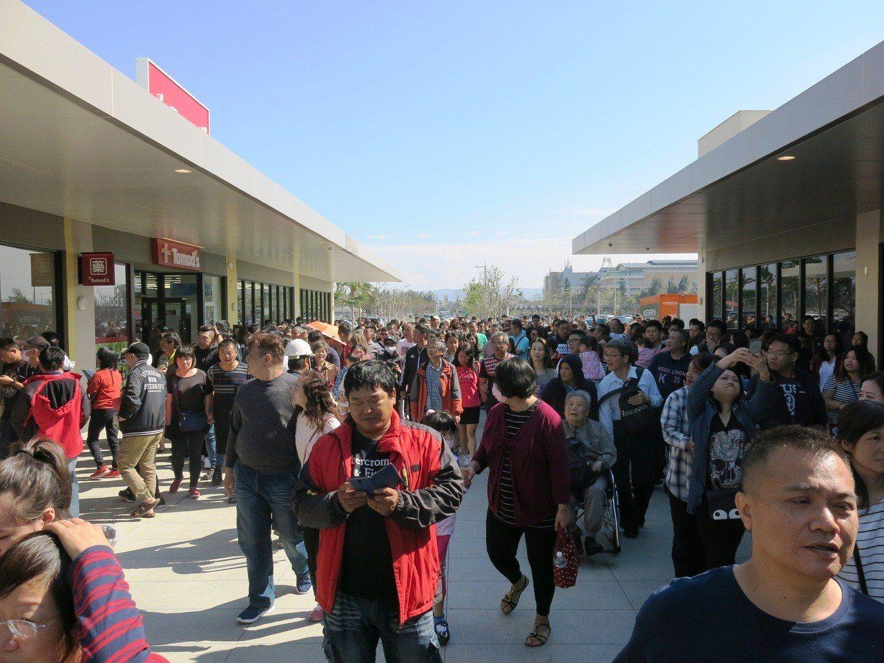 台中港三井Outlet Park今天試營運第一天,一早不到9點就開始有民眾前來排...