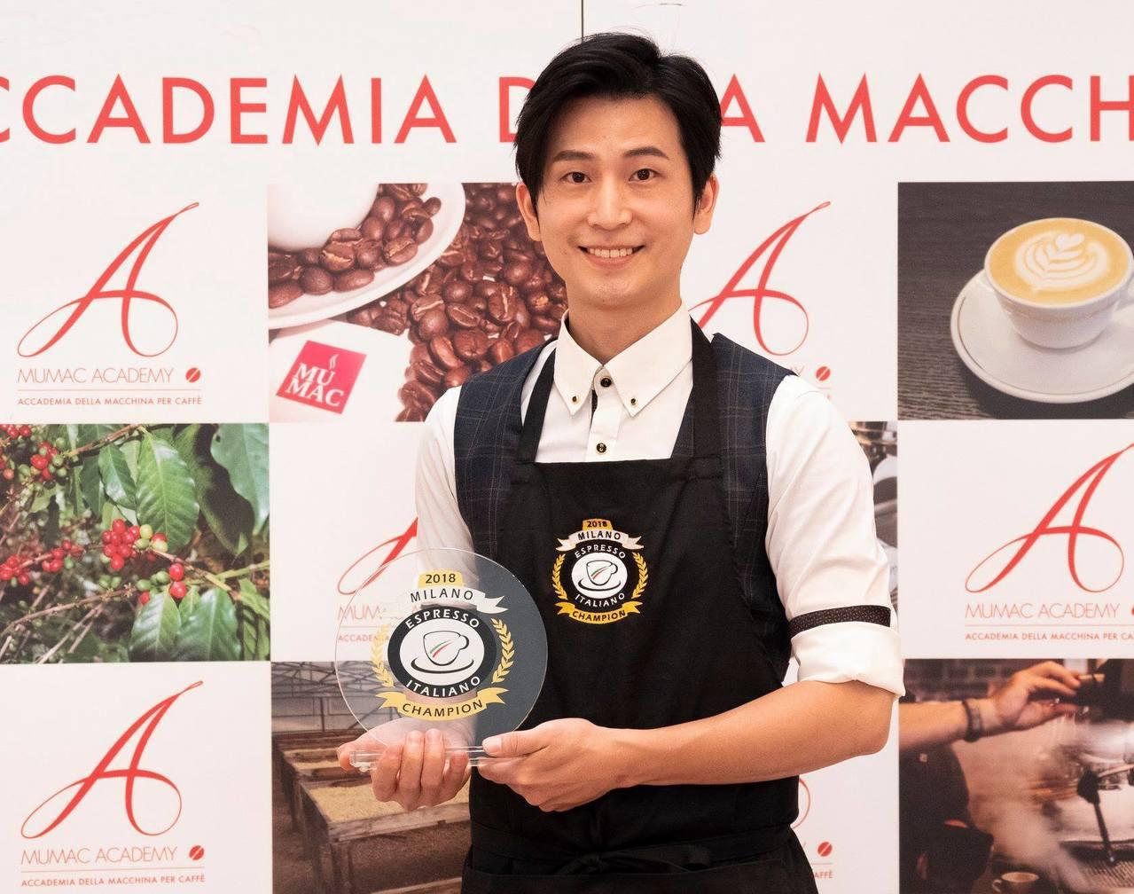 張仲侖在米蘭奪下義式咖啡大師冠軍。圖/台灣咖啡發展協會提供