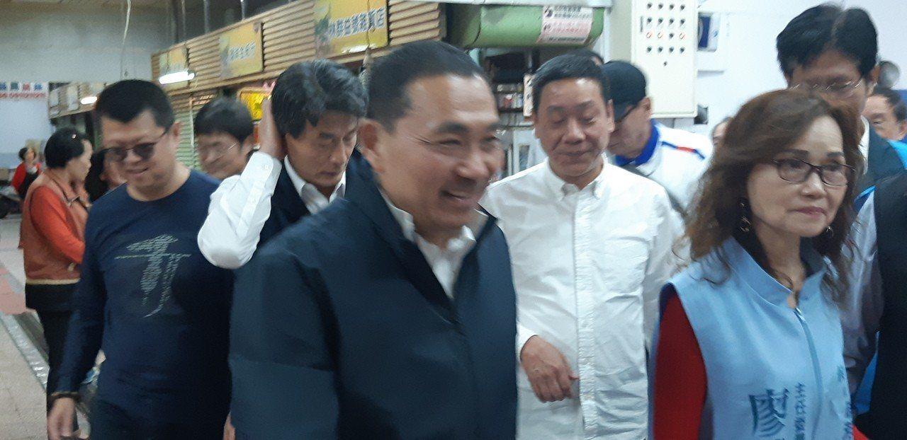 侯友宜今前往瑞芳第一市場謝票,稱選舉後,照顧市民成為首要工作。記者賴郁薇/攝影