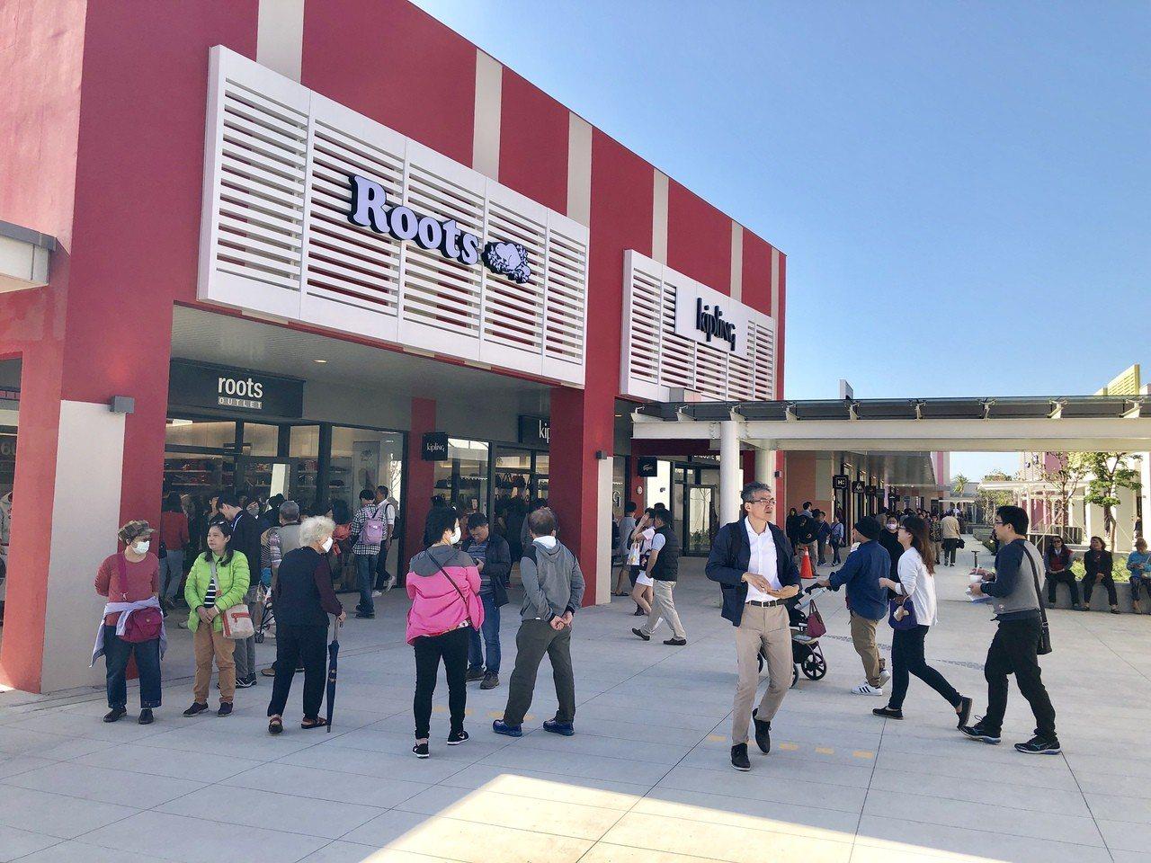 三井台中港Outlet Park購物商場今天試營運,首日湧入大批人潮。
