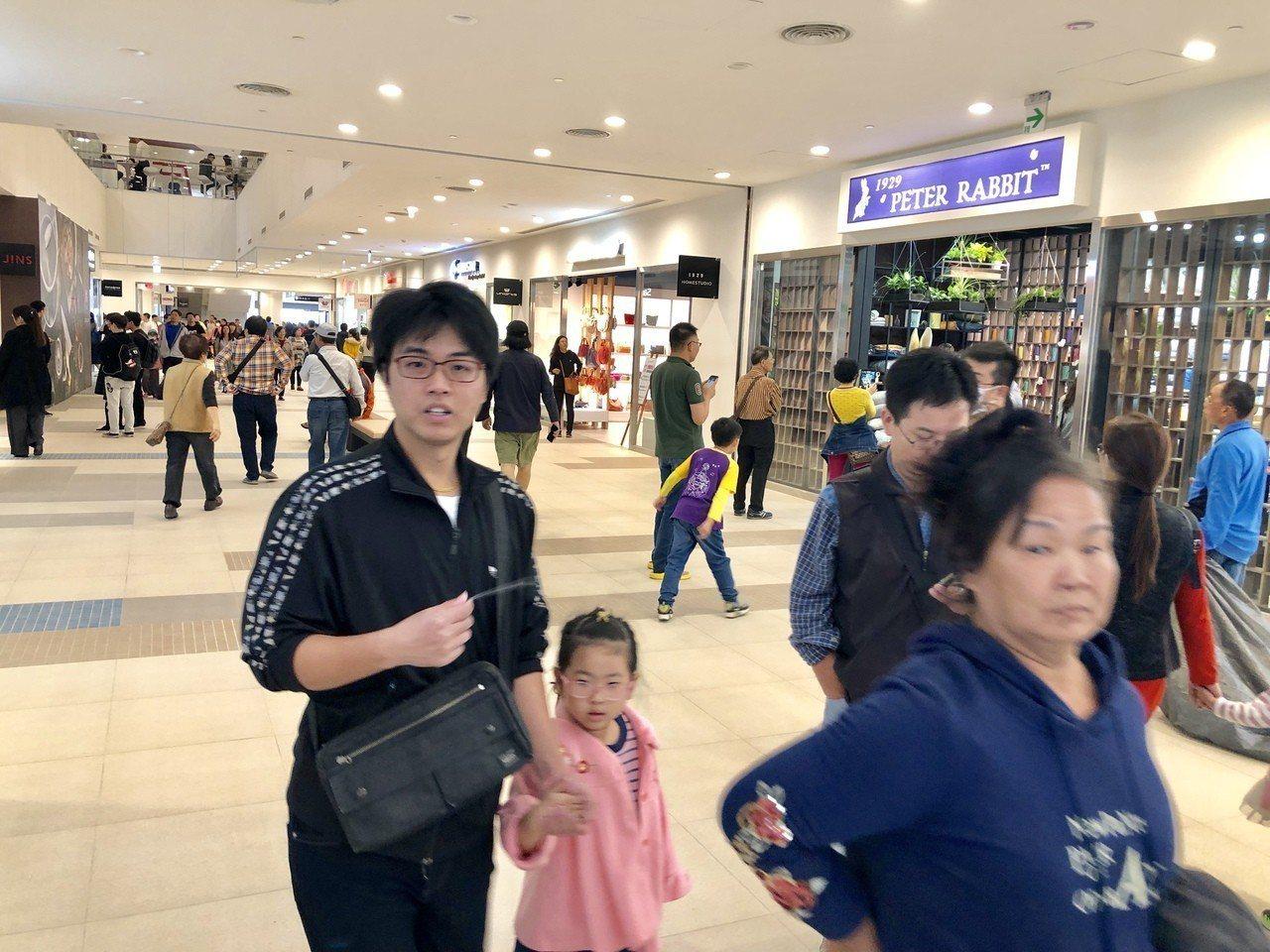 三井台中港Outlet Park購物商場試營運,購物空間相當寬敞。