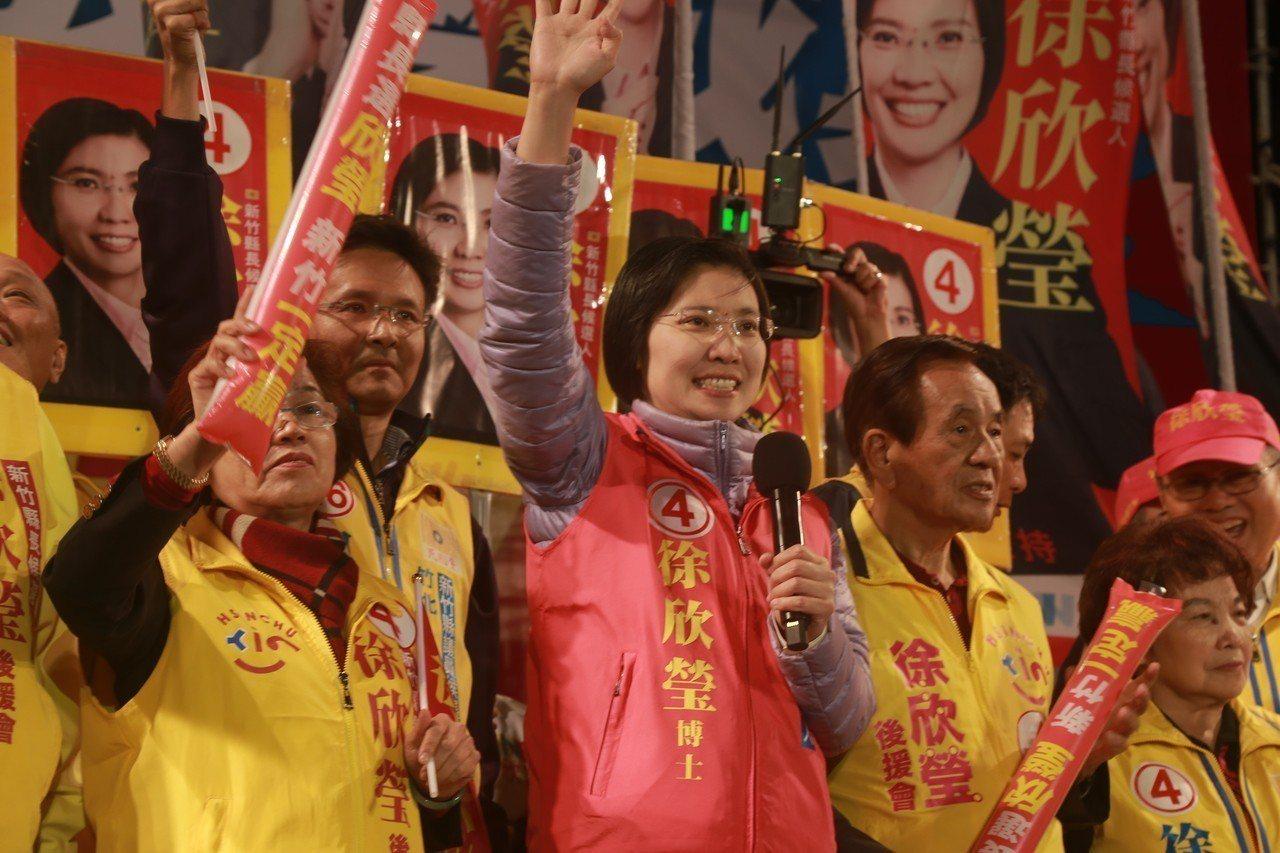 徐欣瑩(左二)認敗選,如今辭掉民國黨黨主席一職。圖/報系資料照