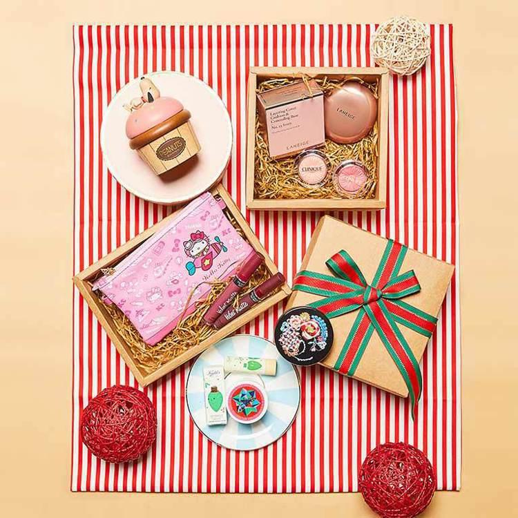 如果耶誕送禮預算有限,除了巧克力之外可以挑選免稅優惠價的美妝或音樂鈴。圖/昇恆昌...