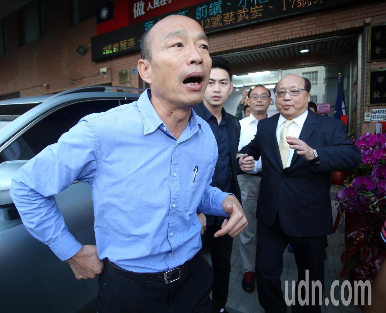 韓國瑜(左)今天下午舉行記者會說明小內閣進度,前台中市長胡自強(右)特地帶友人前...
