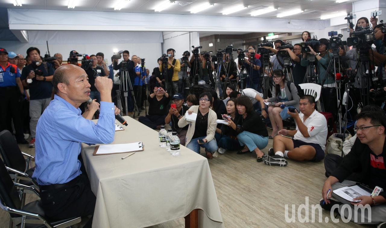 韓國瑜(左)今天下午舉行記者會有問必答,吸引滿場媒體前來。記者劉學聖/攝影