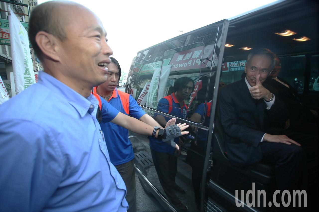 韓國瑜(右)今天下午舉行記者會說明小內閣進度,前台中市長胡自強特地帶友人(左)前...