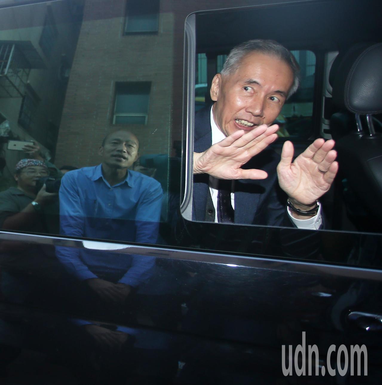 韓國瑜(左)今天下午舉行記者會說明小內閣進度,前台中市長胡自強特地帶友人(右)前...