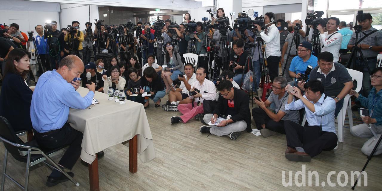 韓國瑜(左二)今天下午舉行記者會有問必答,吸引滿場媒體前來,韓國瑜身體尚未恢復,...