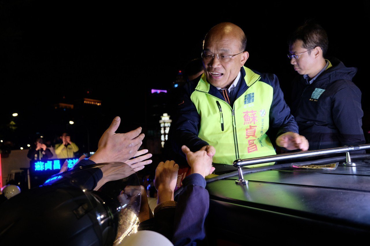 民進黨新北市長落選人蘇貞昌進行最後一場謝票行程,還有粉絲從新店趕來板橋支持。記者...
